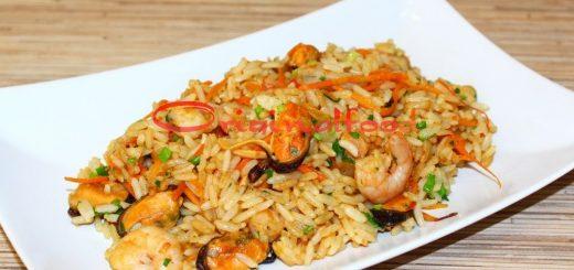 Жареный рис с креветками и мидиями