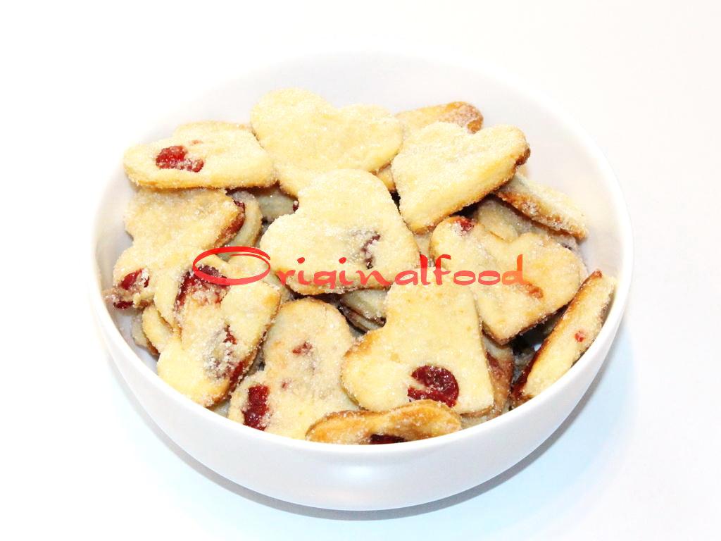 Печенье Сердечки из творога с вяленой вишней