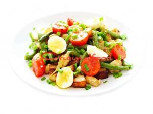 Салат с курицей, картофелем и фасолью