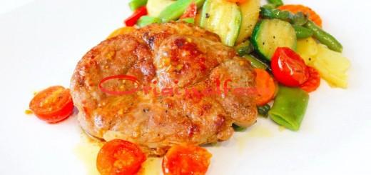 Сочный свининой стейк на сковороде