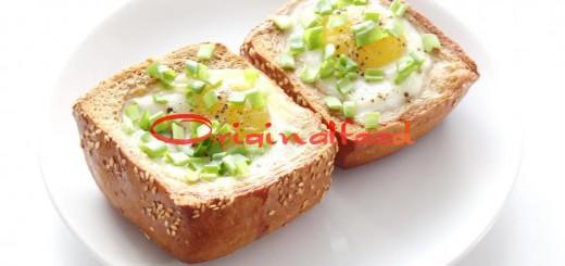 Яйца с ветчиной в булочке