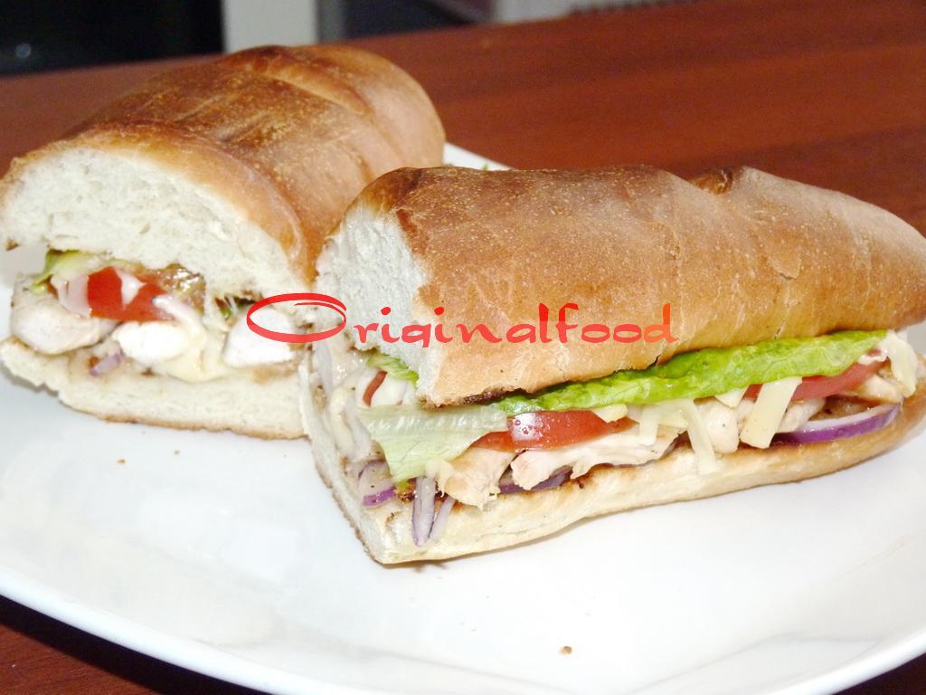 Аппетитный бутерброд с курицей и овощами