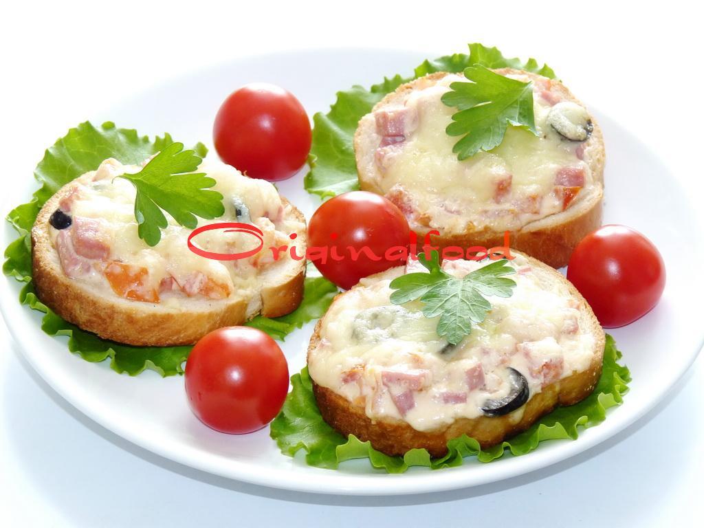 Горячие бутерброды с помидорами и маслинами