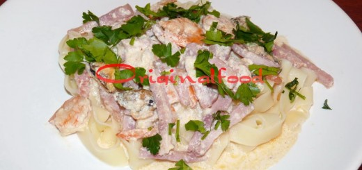 Паста с морепродуктами и ветчиной в сливочном соусе