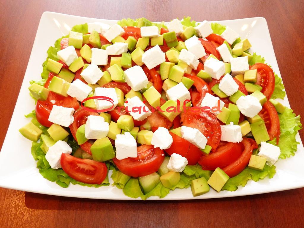 Салат с авокадо и сыром фета