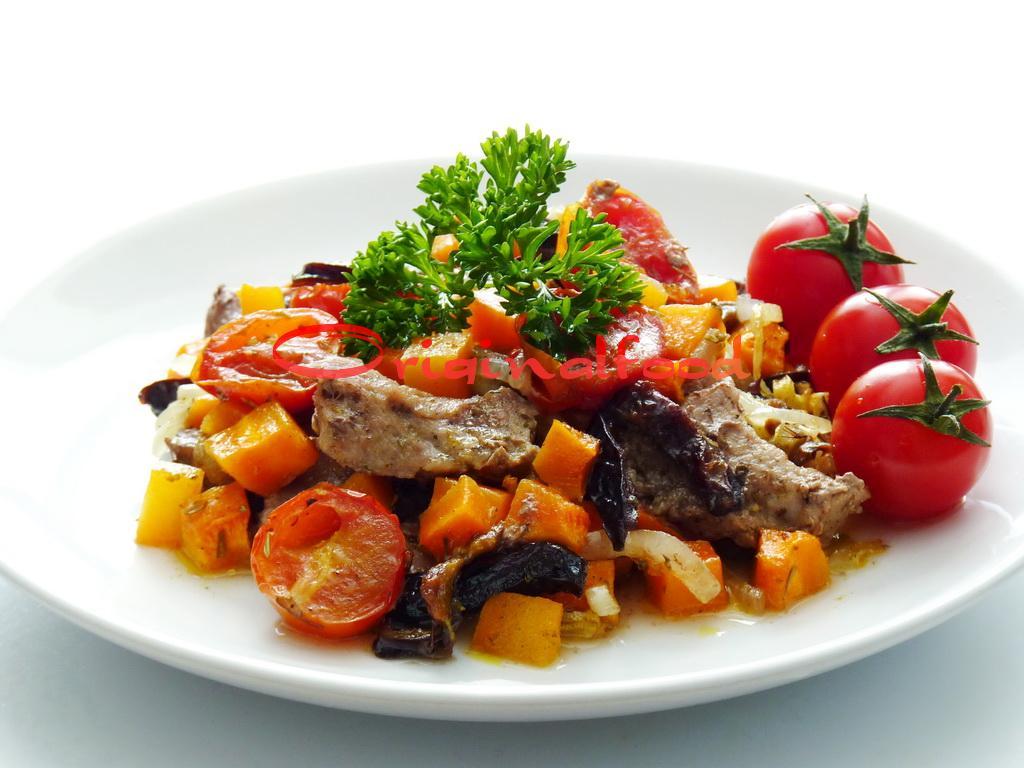 Свинина с овощами и черносливом запеченные в духовке