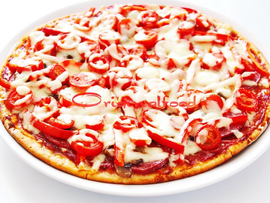 Домашняя пицца с колбасой и грибами